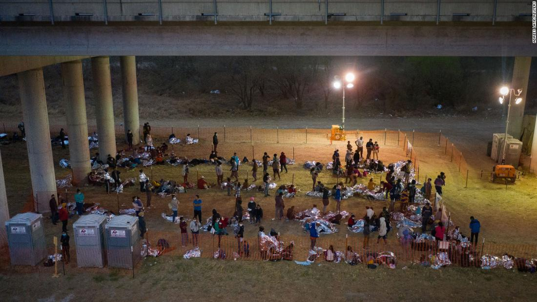 Migrant families and unaccompanied minors from Central America take refuge in a makeshift processing center under the Anzalduas International Bridge in Granjeno, Texas, en marzo 12.