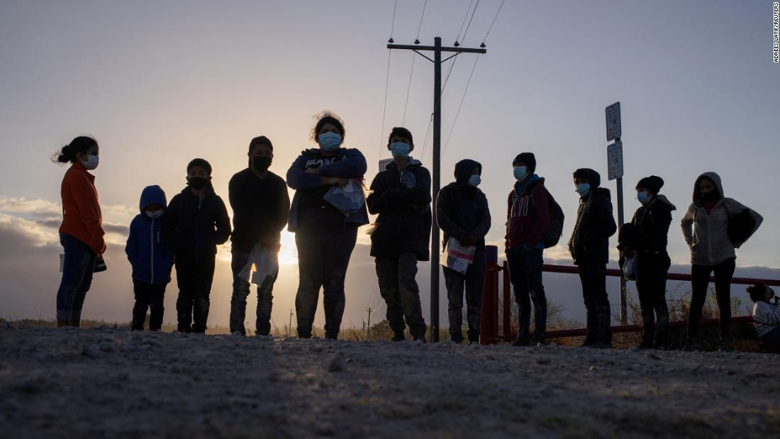 Migrants from Central America await transport in Penitas, Texas, en marzo 12.
