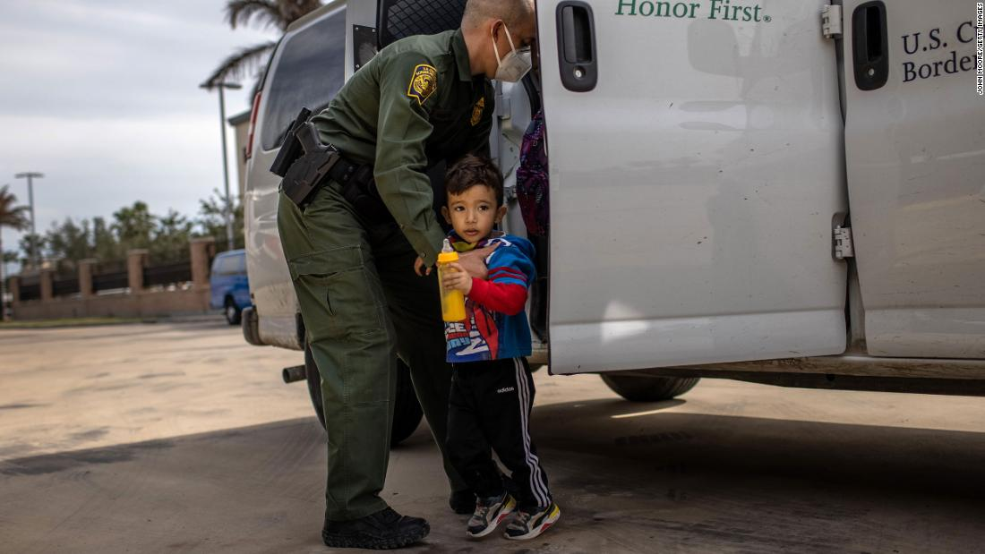 A US Border Patrol agent delivers a young asylum seeker and his family to a bus station in Brownsville, Texas, en febrero 26. US immigration authorities are now releasing many asylum-seeking families after detaining them while crossing the US-Mexico border. The immigrant families are free to travel throughout the US while awaiting asylum hearings.