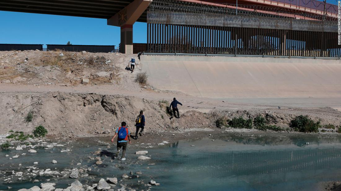 Migrants cross the Rio Bravo to get to El Paso, Texas, from Ciudad Juarez, México, en febrero 5.