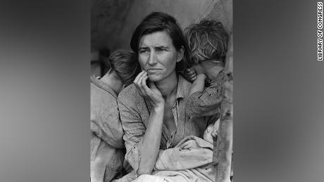 A 32-year-old mother of seven destitute pea picker in Nipomo, California, nel 1936.