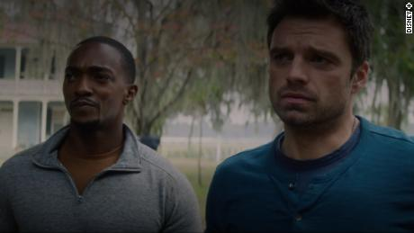 "(왼쪽에서) Anthony Mackie and Sebastian Stan star in ""The Falcon and the Winter Soldier.&인용;"