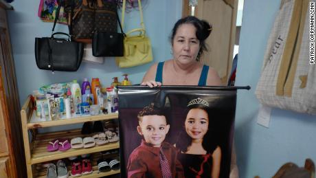 جیمنیز نے اپنے پوتے پوتے کینیہ ماریانا ، 6 ، اور 4 سالہ لوئس نیسٹو کی تصویر رکھی ہے۔