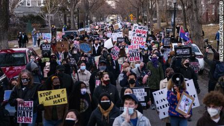 18 مارچ 2021 کو منیسوٹا کے شہر منیپولس کے ایک محلے کے ذریعے لوگوں نے ایشین مخالف تشدد کے خلاف احتجاج کیا۔