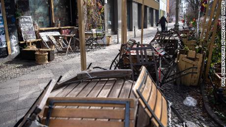 پیر کے روز برلن میں ایک بند ریستوراں ، کیوں کہ ملک میں طویل بندش جاری ہے۔