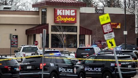 پولیس نے بولڈر میں کنگ سوپرز گروسری اسٹور پر جواب دیا جہاں ایک بندوق بردار نے پیر کو فائرنگ کی۔
