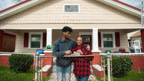 Jomaree Davis and his mother Sharon in front of their new rental home in Ensley, 앨라배마.