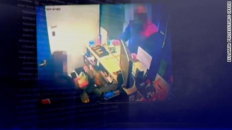ایک آپریٹو کیمرہ پر پکڑا گیا ہے جو مختلف کرنسیوں میں نقد ادائیگی کرتا دکھائی دیتا ہے۔