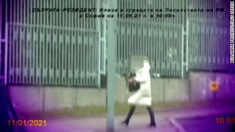 ایک خاتون بلغاریہ کے دارالحکومت صوفیہ میں روسی سفارت خانے سے روانہ ہوئی ، استغاثہ کے دعویدار نقد سے بھرا ایک بیگ ہے۔