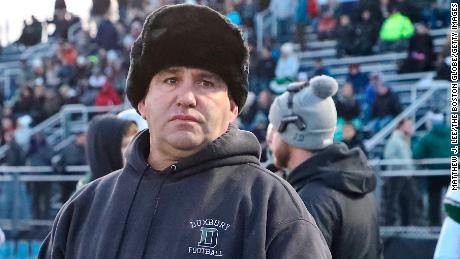 Una escuela secundaria de Massachusetts retiró a su entrenador de fútbol después de que el equipo usara lenguaje antisemita para llamar jugadas