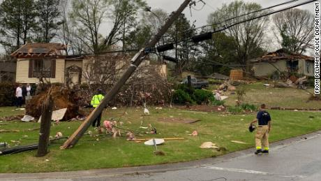 Severe storms and tornadoes hit the South, 至少杀死 6 and leaving heavy destruction