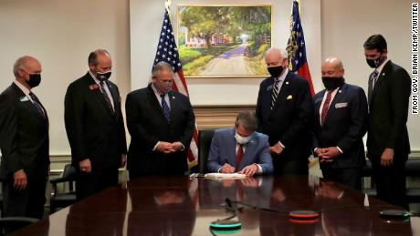 Georgia Gov. Brian Kemp signs S.B. 202 목요일에, 행진 25.