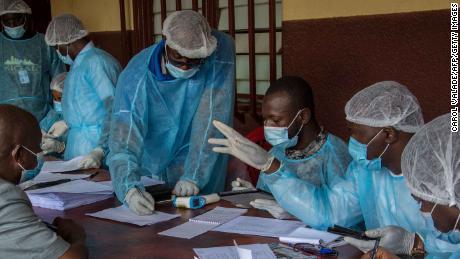 Los trabajadores de la salud del Ministerio de Salud de Guinea preparan formularios para registrar al personal médico antes de sus vacunas contra el ébola en el Hospital N & # 39; zerekore.