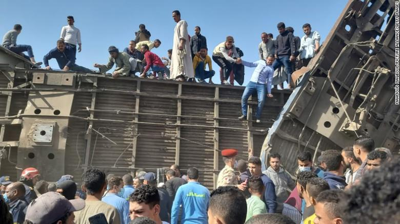 より多い 30 killed as two trains collide in Egypt