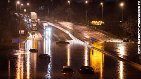 Cars are seen submerged on I-24 near Antioch Pike in Nashville, op Sondag, Maart 28, 2021.
