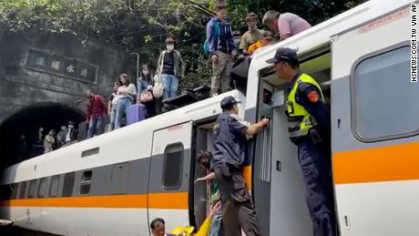Balandžio 2 d. Keleiviams padedama lipti iš traukinio Hualieno apskrityje, Taivane.