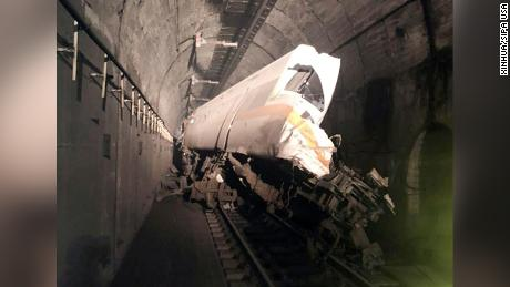 Tunelio, kuriame traukinys nukrito, vidus balandžio 2 d., Į šiaurę nuo Hulieno, Taivane.
