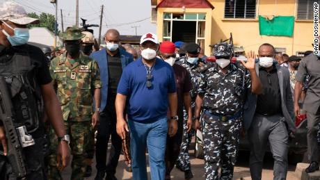 Imo state Gov. Hope Uzodinma, center, inspects the scene of an attack at the police command headquarters in Owerri, Nigeria, el lunes, April 5, 2021.