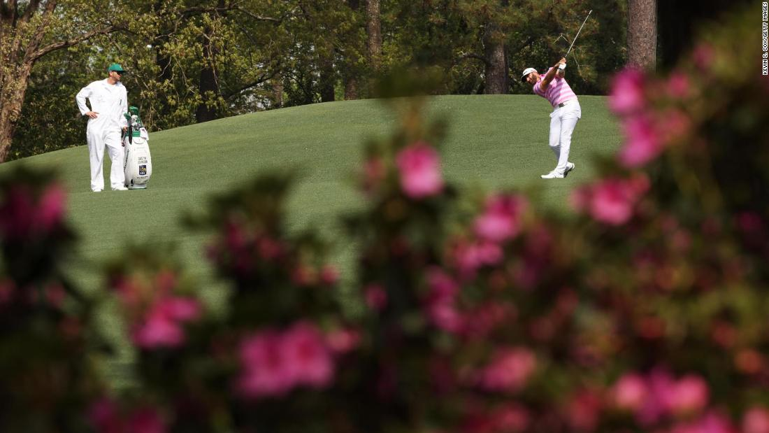 Dustin Johnson, l'anno scorso's Masters champion, plays a shot on the second hole Thursday.