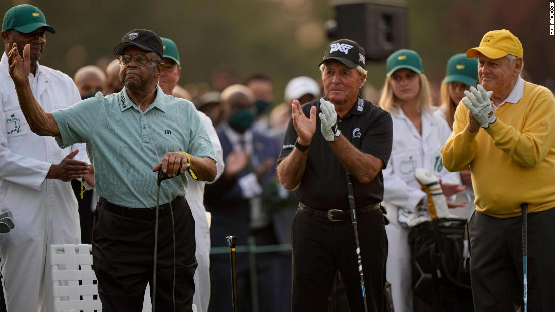 Lee Elder acknowledges applause as he joins Gary Player and Jack Nicklaus as honorary starters at the Masters golf tournament in Augusta, 그루지야. 에 1975, Elder became the first African American to ever play in the Masters.