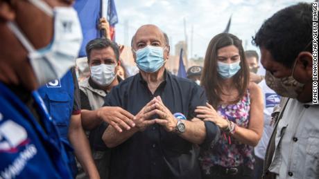 ہرنینڈو ڈی سوٹو (سی) ایک معروف ماہر معاشیات ہیں جو غیر رسمی معیشت پر اپنے کام کے لئے جانا جاتا ہے۔