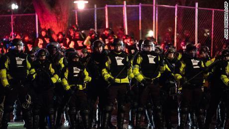 قانون نافذ کرنے والے افسران منگل کے روز دیر گئے بروکلین سنٹر پولیس ڈیپارٹمنٹ کے باہر جمع ہوئے مظاہرین پر پیش قدمی کر رہے ہیں۔