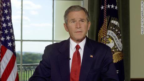 افغانستان پر فضائی حملوں کے اعلان کے بعد 7 اکتوبر 2001 کو وائٹ ہاؤس کے معاہدے کے کمرے میں صدر بش۔