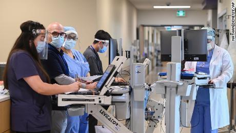 دوسرا بائیں ، ہیڈ ایکٹیویسٹ ڈاکٹر علی غفوری 13 اپریل 2021 کو منگل کو ٹورنٹو کے ہیمبر ریور اسپتال میں انتہائی نگہداشت یونٹ میں اپنی ٹیم کے ساتھ مل رہا ہے۔