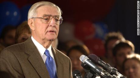 El ex vicepresidente de los Estados Unidos, Walter Mondale, concede la elección a su oponente republicano Norm Coleman el 6 de noviembre de 2002 en St. Paul, Minnesota.