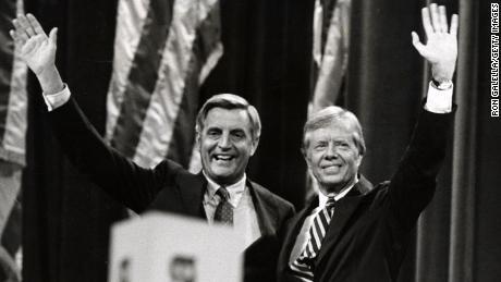 Jimmy Carter y Walter Mondale durante la Convención Nacional Demócrata de 1980 en la ciudad de Nueva York en el Madison Square Garden de Nueva York, Nueva York, Estados Unidos.