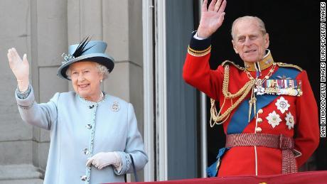 11 جون ، 2011 کو ٹروپنگ کلر پریڈ کے بعد ملکہ اور پرنس فلپ بکنگھم پیلس کی بالکونی سے لہر گئے۔