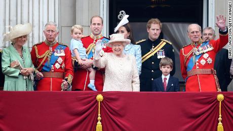 ملکہ ، شہزادہ فلپ اور شاہی خاندان کے افراد 13 جون ، 2015 کو ٹروپنگ دی کلر تقریب کے بعد بکنگھم پیلس کی بالکونی سے فلائی پاسٹ دیکھ رہے ہیں۔