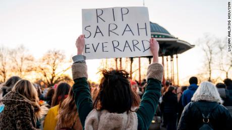 کلیپم کامن بینڈ اسٹینڈ کے ایک سوگوار نے 33 سالہ خاتون سارہ ایورارڈ کے لئے نگرانی کے ایک حصے کی حیثیت سے اس کی علامت رکھی ہے ، جس کی ہلاکت سے خواتین کی حفاظت اور جنسی حملوں پر قومی بحث کو مسترد کردیا گیا ہے۔