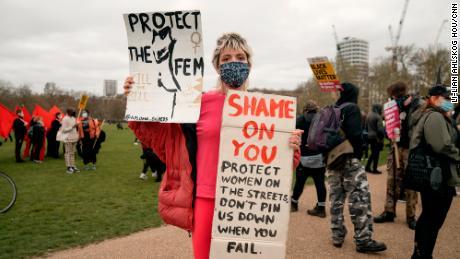 مظاہرین ڈیفن برٹ نے سی این این کو بتایا کہ انہوں نے گلابی رنگ کا لباس منتخب کیا جسے وہ خواتین کی حفاظت کے لئے مارچ کر سکتے ہیں۔