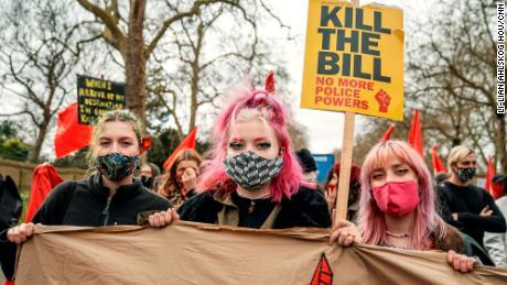 بائیں سے ، ہننا ایلیک ، للی روز بٹر فیلڈ اور رمونا ولف ایک & quot attend بل کو ماریں & quot؛  لندن میں احتجاج۔