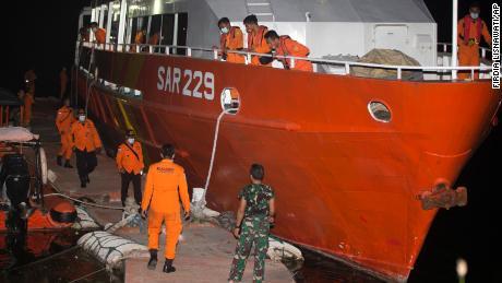 Anggota Badan SAR Nasional (BASARNAS) mempersiapkan misi pencarian KRI Nanggala-402 di Pelabuhan Benoa, Bali, Indonesia pada Rabu.