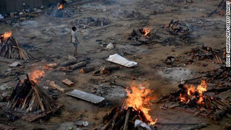 """Kol """"Covid"""" šluoja Indiją, ekspertai sako, kad apie atvejus ir mirtis nepranešama"""