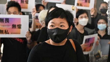 Radijo televizijos Honkongo prodiuseris Bao Choy 2021 m. Balandžio 22 d. Atvyksta į Vakarų Kovluno teismo pastatą Honkonge.