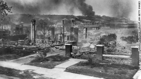 1921 के तुलसा रेस नरसंहार में घरों और व्यवसायों को जला दिया गया था।