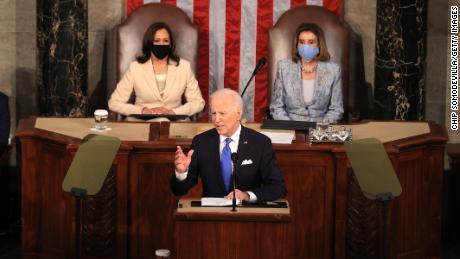 Biden les dice a los trans estadounidenses que los respalda mientras los gobernadores republicanos firman más proyectos de ley anti-trans