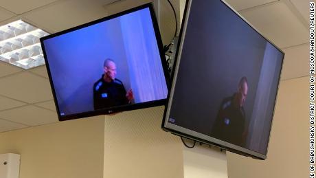 جمعرات کو عدالت میں سماعت سے قبل الیکسی نوالنی کو ویڈیو لنک کے ذریعے اسکرین پر دیکھا گیا۔