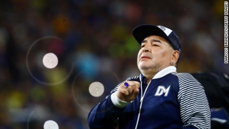 Diego Armando Maradona, en ese momento entrenador en jefe de Gimnasia y Esgrima La Plata, saluda a los fanáticos antes de un partido contra Boca Juniors en el Estadio Alberto J. Armando el 7 de marzo de 2020 en Buenos Aires.