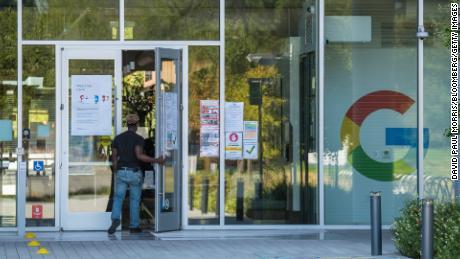 گوگل حتی در زمان شیوع بیماری همه گیر میلیارد ها میلیارد دلار در فضای اداری جدید سرمایه گذاری می کند و مدیر عامل شرکت Sundar Pichai انتظار دارد 60٪ از کارمندان قبل از همه گیری همه گیر به دفاتر خود برگردند.