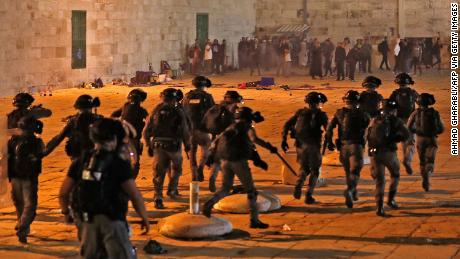 Israeli seurity forces advance on Palestinian protesters at the al Aqsa mosque compound in Jerusalem