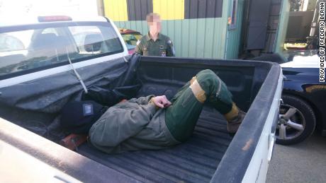 مبینہ متاثرہ شخص نے ایک پک اپ ٹرک کی پچھلی پر ٹانگیں اور ہاتھ باندھے رکھے تھے۔