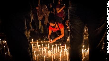 مظاہرین لوکاس ولا کے لئے موم بتی کی روشنی کا ایک نگرانی گذشتہ ہفتے منعقد ہوا۔