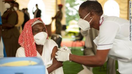 Afrikos šalys stengėsi užsitikrinti pakankamai Covid-19 vakcinų.  Taigi, kodėl tūkstančiai dozių eikvojamos?