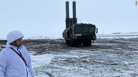 روسی فوج نے صحافیوں کو پریشان کیا ہے کہ اس نے اپنے باسٹن ساحلی دفاعی میزائل سسٹم کو فرانز جوزف لینڈ پر رکھ دیا ہے ، جس کا کہنا ہے کہ بحری جہاز یا ساحل کو 200 میل سے زیادہ ساحل پر نشانہ بنایا جاسکتا ہے۔