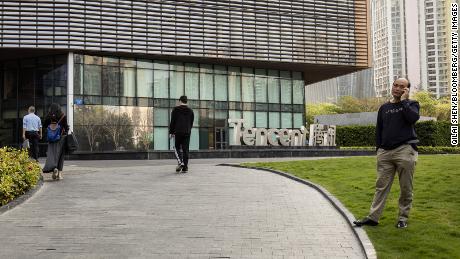 عابران پیاده که در مارس از کنار تابلوی Tencent در مقر شرکت در شنژن عبور می کنند.