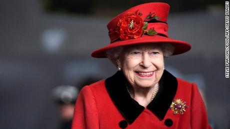 برطانیہ کی ملکہ الزبتھ دوم 22 مئی 2021 کو جنوبی انگلینڈ کے پورٹسماؤت میں ہوائی جہاز کیریئر ایچ ایم ایس ملکہ الزبتھ کے دورے کے دوران دیکھی گئ۔